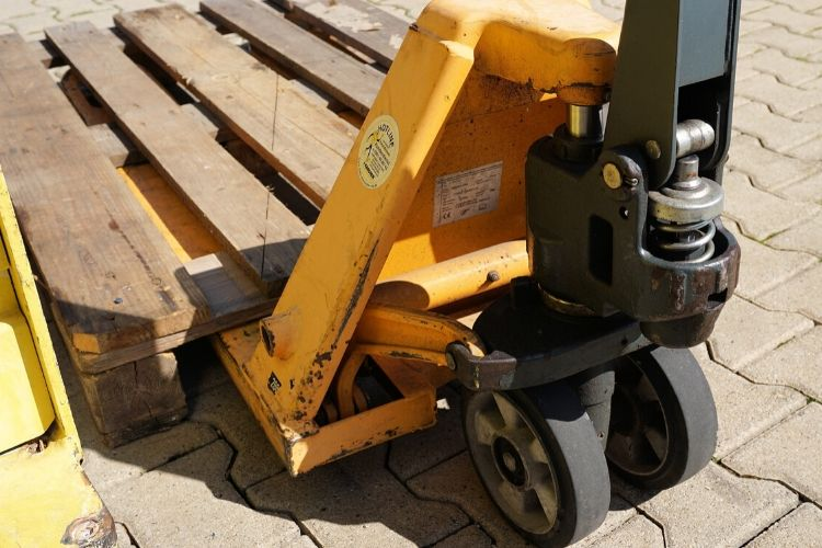 How to Choose Pallet Truck for Alpacas Farm